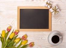 Leerbeleg, Kaffee, Geschenk und Tulpen Lizenzfreie Stockbilder