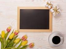 Leerbeleg, Kaffee, Geschenk und Tulpen Stockbilder