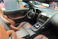 Leerbinnenland van een convertibele Jaguar-sportwagen Stock Afbeelding