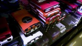 Leerdekking voor telefoon heldere multi-colored dekking erachter stock videobeelden