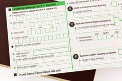 Leere abgehende Passagierkarte Australiens auf rötlich braunem passpor Lizenzfreie Stockfotos