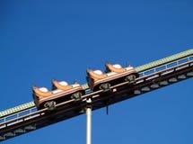 Leere Achterbahn, die oben steigt Stockfotografie