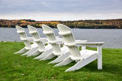 Leere Adirondack-Stühle im Freien Lizenzfreies Stockbild