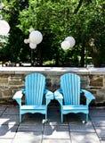 Leere Adirondack-Stühle im Freien Stockbild