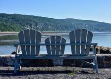 Leere Adirondack-Stühle im Freien Lizenzfreie Stockfotos