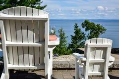 Leere Adirondack-Stühle im Freien Stockfotografie