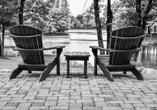 Leere Adirondack-Stühle im Freien Stockbilder