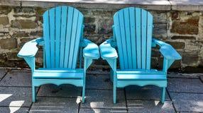 Leere Adirondack-Stühle im Freien Stockfoto