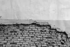 Leere alte Backsteinmauer-Beschaffenheit Die schäbige Fassade des Gebäudes mit schädigendem Gips einfarbig Stockfoto