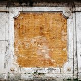 Leere alte Backsteinmauer-Beschaffenheit Gebäudefassade mit schädigendem Gips Stockbilder