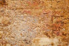 Leere alte Backsteinmauer-Beschaffenheit Gebäudefassade mit schädigendem Gips Stockfotografie