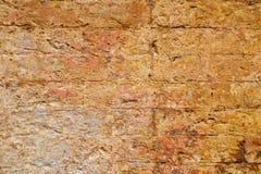 Leere alte Backsteinmauer-Beschaffenheit Gebäudefassade mit schädigendem Gips Lizenzfreie Stockfotografie