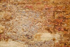 Leere alte Backsteinmauer-Beschaffenheit Gebäudefassade mit schädigendem Gips Stockbild