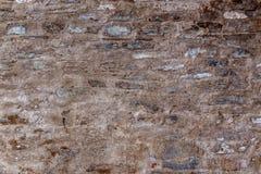 Leere alte Backsteinmauer-Beschaffenheit Gemalte beunruhigte Wand-Oberfläche Schäbige Gebäudefassade mit schädigendem Gips Stockfoto