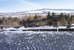 Leere alte Holzbank auf Berg Stockfotografie