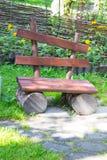 Leere alte Holzbank auf einem grünen Rasen Garten oder Park, draußen Stockbild