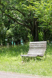 Leere alte Holzbank in einem ruhigen Park Stockbild