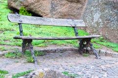 Leere alte Holzbank im Park Lizenzfreie Stockfotos