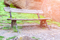 Leere alte Holzbank im Park Lizenzfreies Stockbild
