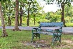 Leere alte Holzbank im Stadtpark Lizenzfreie Stockbilder