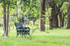Leere alte Holzbank im Stadtpark Stockbild