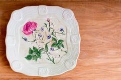 Leere alte Platte auf einem Holztisch Stockfotos