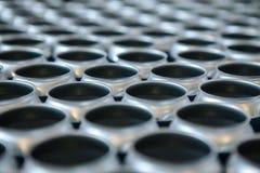 Leere Aluminiumdosen ohne Deckel und ohne Etikette auf Lager Nahaufnahme stockfotos