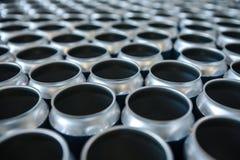 Leere Aluminiumdosen ohne Deckel und ohne Etikette auf Lager Nahaufnahme lizenzfreie stockfotografie