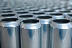 Leere Aluminiumdosen ohne Deckel und ohne Etikette auf Lager Nahaufnahme lizenzfreies stockfoto