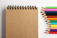 Leere Anmerkung mit Bleistiften Lizenzfreie Stockbilder
