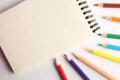 Leere Anmerkung mit Bleistiften Lizenzfreie Stockfotografie