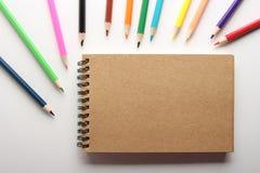Leere Anmerkung mit Bleistiften Stockfotos