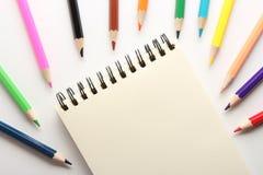 Leere Anmerkung mit Bleistiften Lizenzfreies Stockfoto