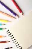 Leere Anmerkung mit Bleistiften Lizenzfreie Stockfotos