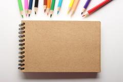 Leere Anmerkung mit Bleistiften Stockbild