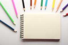Leere Anmerkung mit Bleistiften Stockfotografie