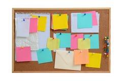 Leere Anmerkungen festgesteckt in braunes corkboard stockbilder