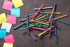 Leere Anmerkungen mit Filzstiften auf Tabelle für Bildungsmitteilung Stockfotos
