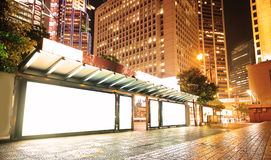 Leere Anschlagtafel auf Bushaltestelle nachts Stockfoto