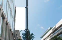 Leere Anschlagtafel auf einer Straßenlaternetageszeit Stockbild