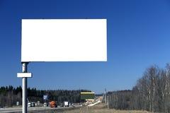 Leere Anschlagtafel auf Hintergrund des blauen Himmels Stockfotografie