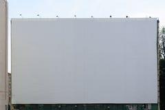 Leere Anschlagtafel auf Weiß für Ihre Anzeige stockbild