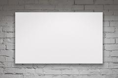 Leere Anschlagtafel über weißer Backsteinmauer Stockbild