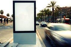 Leere Anschlagtafel draußen, Werbung im Freien Stockfoto