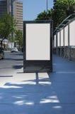 Leere Anschlagtafel draußen, Werbung im Freien Lizenzfreie Stockfotografie