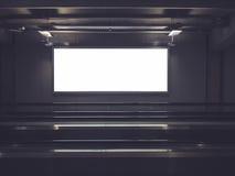 Leere Anschlagtafel-Fahnen-Medien unterzeichnen Anzeige errichtenden Innenraum stockbild