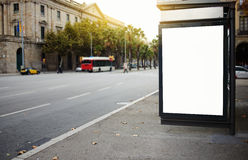 Leere Anschlagtafel mit dem Kopienraum für Ihre Textnachricht oder fördernden Inhalt, Spott oben auf einer Bushaltestelle annonci Lizenzfreie Stockfotos