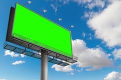 Leere Anschlagtafel mit Farbenreinheitsschlüssel-Grünschirm, auf blauem Himmel mit c Stockbilder