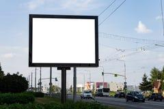 Leere Anschlagtafel nahe bei der Landstraße, der Hintergrund für Ihre Werbung Spott oben lizenzfreie stockfotografie