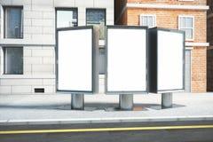Leere Anschlagtafeln des Weiß drei auf leerer Straße am Nachmittag, m Stockbilder
